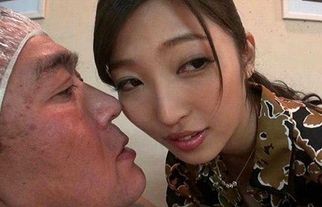 《美容師》ヘアーカラーしてる間にチ〇ポをしゃぶってくれるおもてなし!あっと言う間に時間が過ぎた(;^_^A