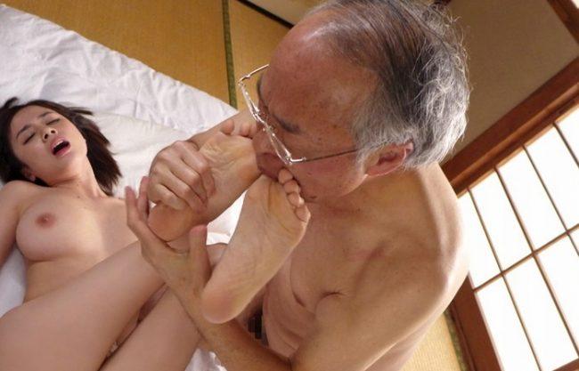 《70代のエロ爺さん》シワシワのお爺ちゃんみるとキュンとしちゃうんです『足の指まで舐めてくれるんだもん❤』枯れた匂いがヒリヒリしちゃう!