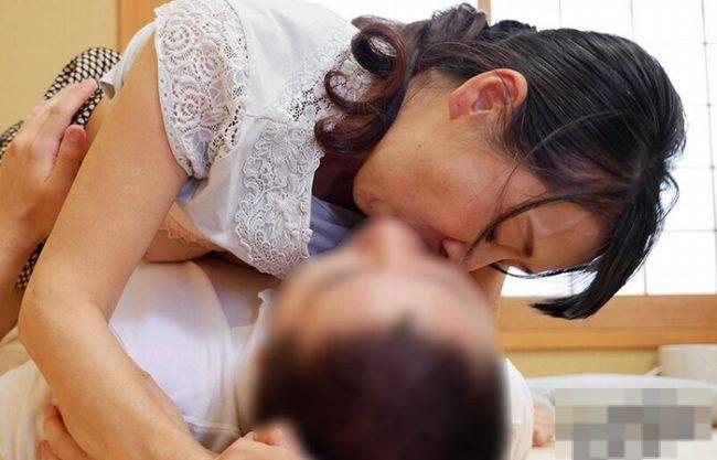 《50代のお母さん》唇と唇が触れた瞬間からみ合う親子の接吻『ねっとりベロチュー❤』イキリ勃った息子の肉棒に貫通され崩れ落ちてイク!