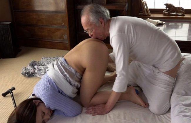 《祖父さん》70代くらいの義父の性欲が爆発『体を舐めまわされ』股を開け!加齢臭漂う爺と濃密な相互介護プレイで陥落!