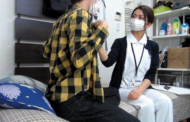 《パコキャス》現役看護師とお医者さんごっこ『オチ〇ポを拭くもサクッと終わる』体を抱きしめエッチを迫る!拒んでも身体が反応しちゃったのかハメ撮り配信しちゃった!
