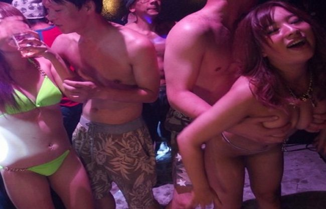《ヤバイやつ》巷で大流行の全身泡まみれで踊る『クラブイベントに潜入』朝まで続く乱痴気騒ぎ!