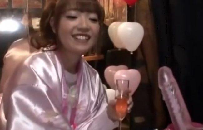 《ヤバイやつ》シャンパンで酔っぱい浮かれたギャル娘達『謝礼をチラつかせながらwww』マシンバイブを初体験してもらいます!