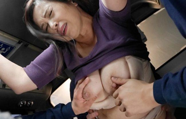 《レイプ》満員バスでまさか、おばさんの私が痴漢されるなんて『抵抗しながらも溜まった性欲が疼きだすwww』恐怖と快感が五十路熟女を狂わせた!