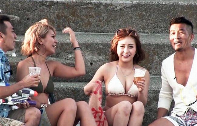 《素人ギャル》夏の海でビギニギャルナンパ即ハメ『ドでかチ〇ポ見せつけたら思わず。。。』ハイテンションになっちゃうスケベ女子続出!