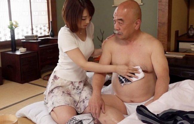 《息子の嫁》70歳過ぎの老いぼれた義父『若くて綺麗な嫁が禁断介護。。。』ハゲ親父の精子をオマ〇コで呑み込んでしまう!