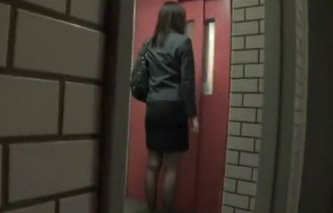 《実録レイプ》OLを狙うストーキングレイプ犯罪『部屋に入った瞬間。。。』問答無用で犯され、中だしされた被害者の記録映像!