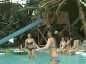 《ビギニギャル》ビーチではしゃぐギャル娘達『ウォータースライダーでおっぱいポロリン。。。』恥ずかし赤面で欲情しちゃう男女の行方は?
