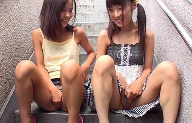 《㊙ロリマニア》日焼け少女に猥褻な行為『つるぺた、パイパン娘が凌辱される。。。』その連続少女猥褻事件の映像!
