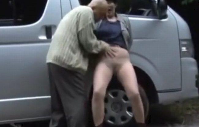《昭和のビデオ》ハゲちゃびん親父のチ〇ポ握らされ『欲情しちゃったおばさん。。。』ベロと舌を激しく絡ませ接吻!股間はMAX!