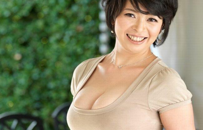 《人妻熟女》夫とのセックスでは満足できない『41歳のおばさん。。。』汗と愛液を滲ませて絶頂!