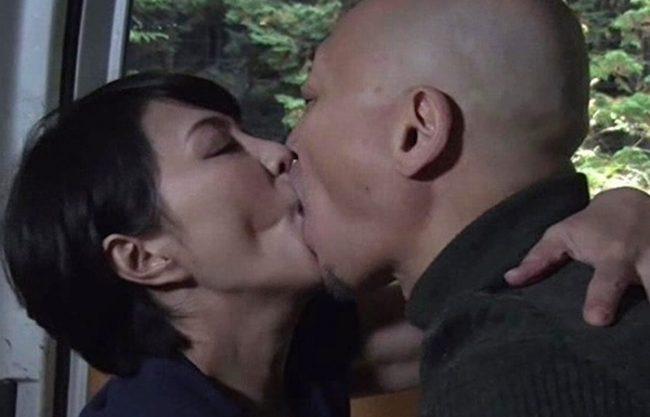 《昭和のビデオ》中高年の貪る激しいセックス『淫壷からはマン汁。。。』車の中でヤリまくるおばさんとおじさん!