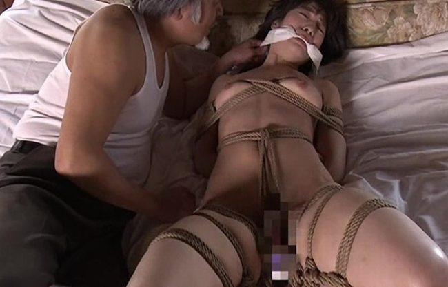 《縛女》縄で身体を縛られねじれる女肉『動けば食い込んでくる淫らなエロス。。。』エロ親父に玩具の如く虐められ犯される!