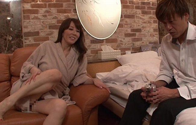 《OL》台風で帰りの新幹線が運休のため『憧れの女上司と現地のラブホテルで1泊。。。』上司と部下が男と女になった夜!