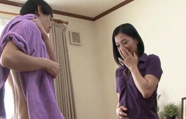 《母子相姦》50歳のお母さんが息子の立派な肉棒見て『母性より肉欲に大暴走。。。』淫らな母親に激しく発情したムスコ!