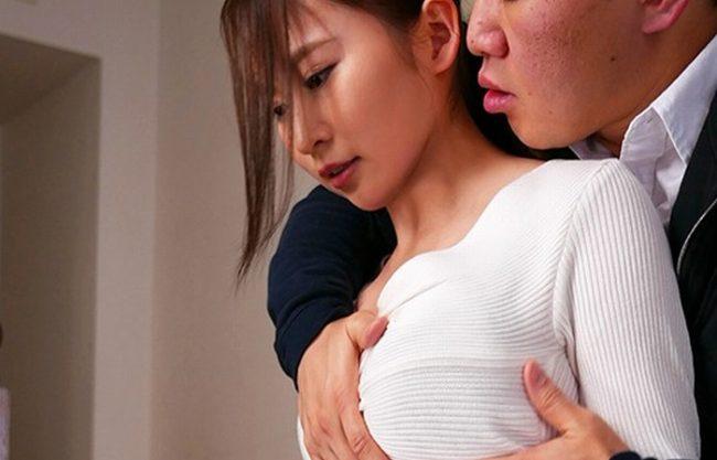 《日菜々はのん》服を着てても大きなオッパイが際立つ『思わず掴みたくなる乳房。。。』すきあり爆乳を視姦だけじゃ終わらせない!