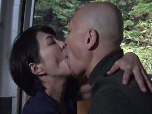 《昭和のビデオ》カラダを持てあます熟女たちの性欲『ハゲちゃびん親父と。。。』濃密な接吻をしながらカーセックスで貪り狂う!