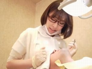 《深田えいみ》眼鏡がよく似合う歯科クリニックの衛生士『見た目とは裏腹にドスケベ。。。』胸を顔に押し当て挑発してくる!