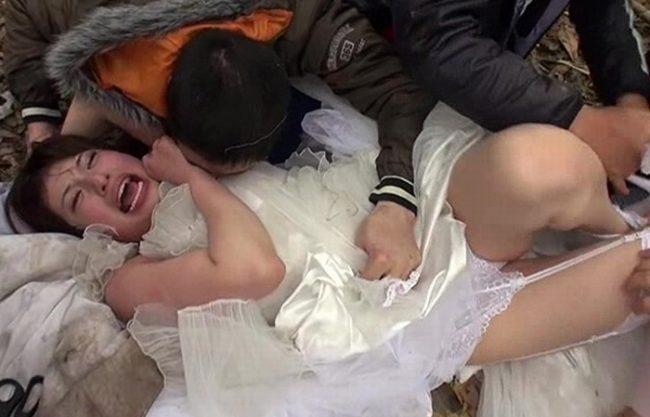 《強姦》花嫁が集団レイプで種付けプレスされる『逃げ回るも捕まってしまい。。。』汚い男達にまわされる!