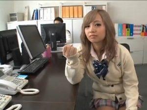 《小悪魔》すげ~可愛いJKギャルが欲情をあおりまくる『パンチラで挑発。。。』職員室でチ〇ポ舐め始める!