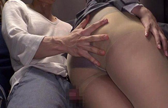 《レイプ》チ〇ポ丸出しで私のお尻に擦りつけてくる『スカートをめくり。。。』後ろからチ〇ポを挿入されるおばさん!