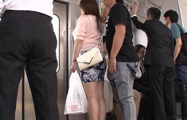 おばさんを痴漢したらノーパンだった『電車を降りトイレへ。。。』まさに淫乱だ!生ハメ中出しでキメてやった!