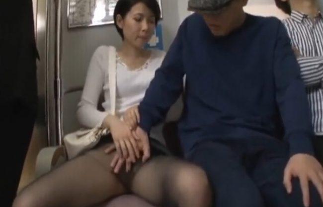 電車で痴漢にあうも黒パンストの中は『な、な、なんと、ノーパンだぁ。。。』まるで犯されるのを待ってるようなおばさん!