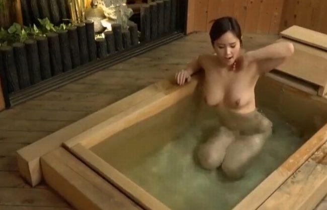 《覗き》社員旅行で入浴中に男子社員達がこっそり『下着の匂いなど嗅いでいた。。。』女は私1人だけです!