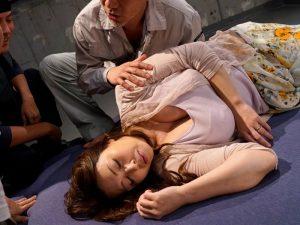 《人妻レイプ》この女の乳房に我慢出来ず拉致る男達『目を覚ませばクチャクチャにされてた。。。』輪姦されザーメンをぶっかけられるおばさん!