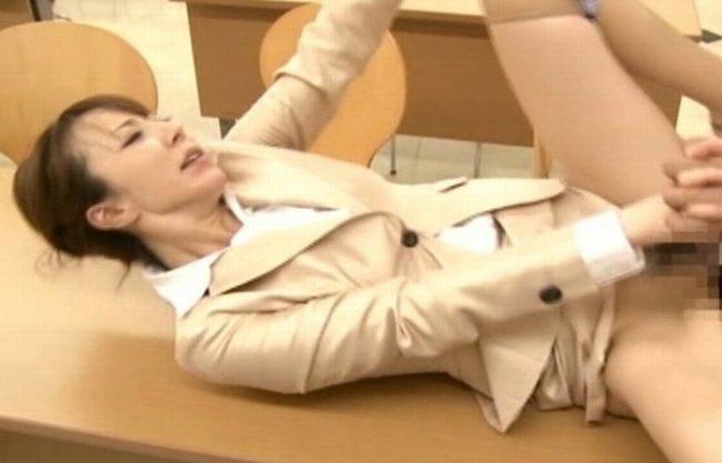 《美熟女》スーツの中はド淫乱なおばさん『ずらしハメで突かれ。。。』クリちゃん擦られ⇒手マンで身体がピクピク!