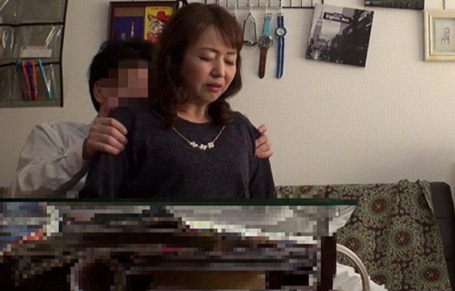 《五十路妻》50才の専業主婦をナンパお持ち帰り『デカチン見せつけて舐めてもらう。。。』盗撮カメラに写っていた猥褻映像!