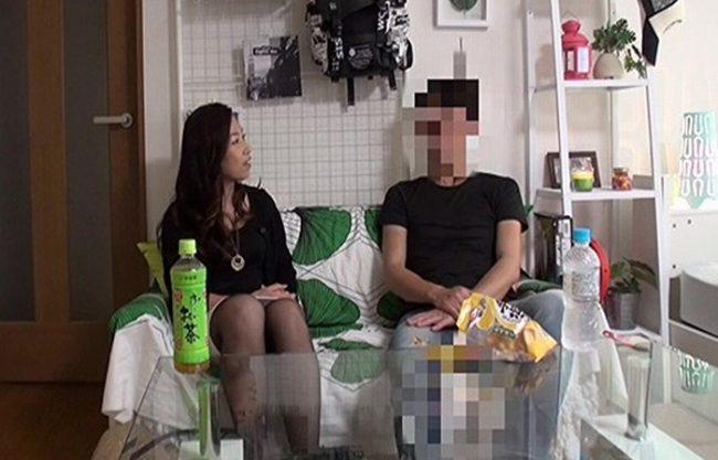 《五十路妻》夫にも相手にされない寂しい52歳のオバサン『若い男にナンパされれば。。。』盗撮カメラに写っていた猥褻映像!