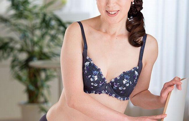 《五十路熟女》気品漂う50歳の奥様『眠っていた肉体を氷解。。。』この歳になってAVに出演!
