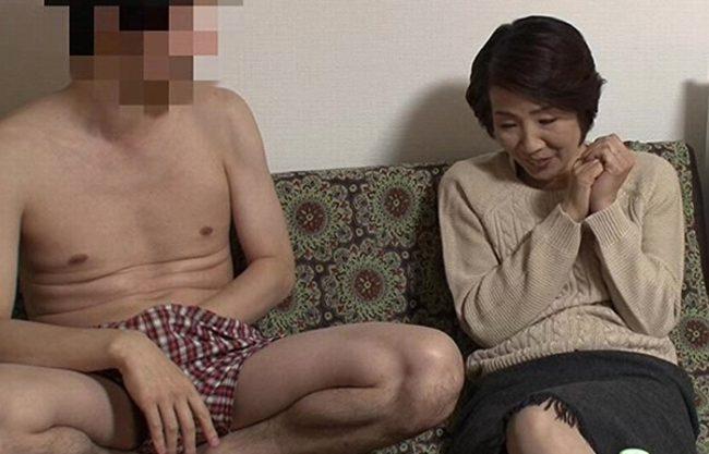 《五十路妻》58歳の専業主婦をナンパ連れ込み『使い込んで黒ずんだ肉壷。。。』若い男の子とイチャイチャ蜜を濡らし咲き乱れる!