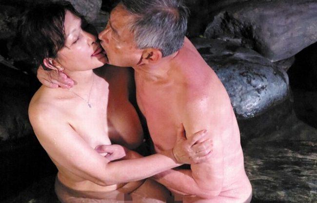 長年夜の営みが無い高齢者夫婦『再び燃え上がる。。。』紫色の肉壷からは愛液が溢れ出し、使い古した肉ビラが再び花開く!