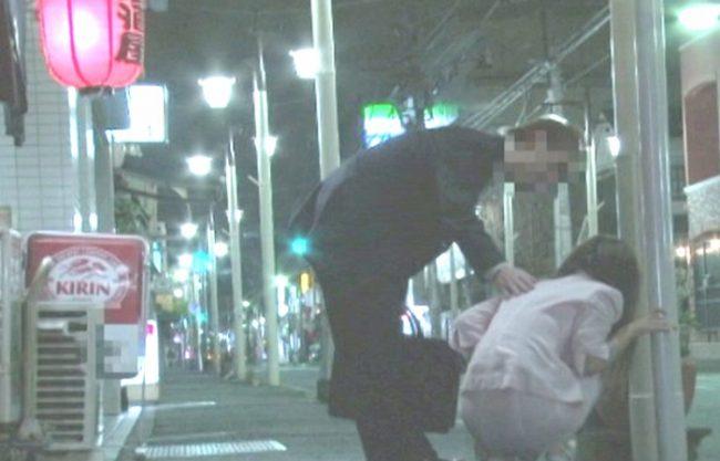 深夜泥酔で道端にうずくまっている女性を『ラブホテルに持ち込み。。。』カラダ中を舐めまわし、激ピストンでお尻に大量のザーメン射精!