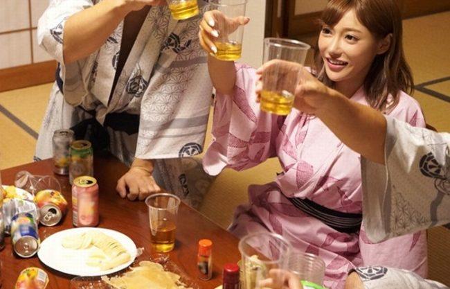 お酒で酔っぱらうとヤバイ女『社員旅行でヤラかしちゃった。。。』婚約者がいるのに、マン汁出しながら舐めまくってハメまくり!