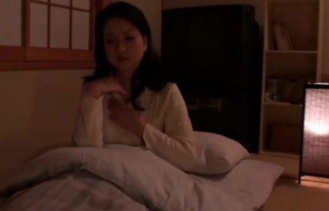 寝付けないおばさん!あ~もう我慢できない『息子の友達に逆夜這い。。。』熟した剛毛マ〇コに種付けセックス!