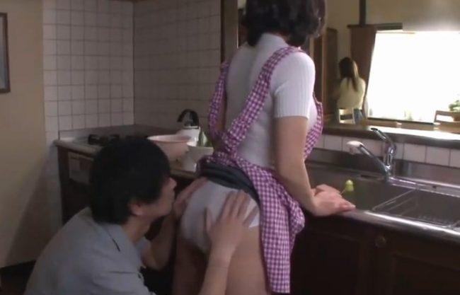 《人妻中出し》彼女のお母さんがヤバイ『溜まっちゃってるのかな。。。』反り勃った肉棒に膣奥を刺激され何度も昇天する淫乱ママ!