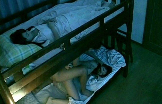 《夜這い》2段ベッドの下で寝てる姉とエッチチ『目が覚める程の激しい揺れで。。。』妹が目を覚ましちゃった!
